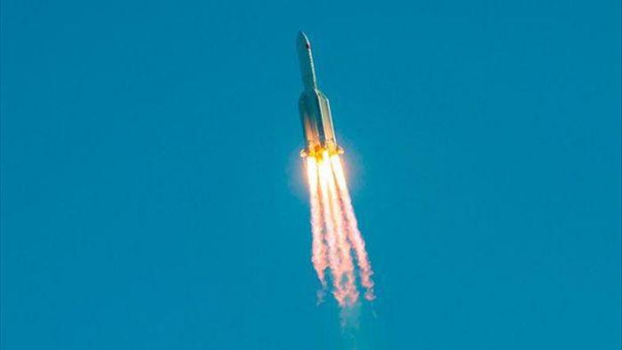 Mảnh vỡ khổng lồ từ tên lửa của Trung Quốc rơi tự do xuống Trái Đất - 2