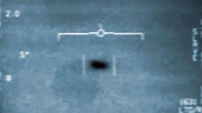 Bác sĩ hải quân tuyên bố còn có video UFO dài hơn của Lầu Năm Góc - 1