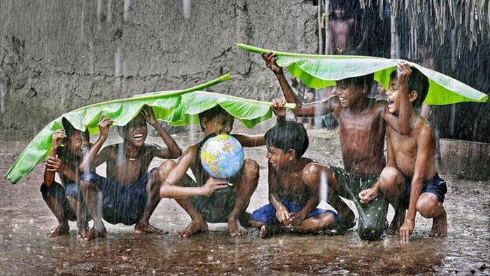 Những bức ảnh kể về niềm vui của trẻ em Việt Nam và trẻ em thế giới - 27