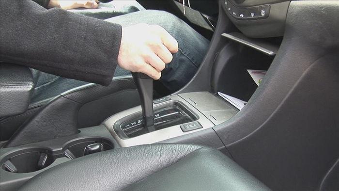 Ô tô dừng đèn đỏ nên về số nào để tiết kiệm nhiên liệu