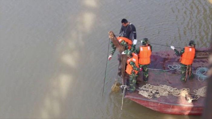 Phát hiện vật thể lạ nghi bom gần cầu Long Biên, đóng 1 luồng chạy tàu - 1