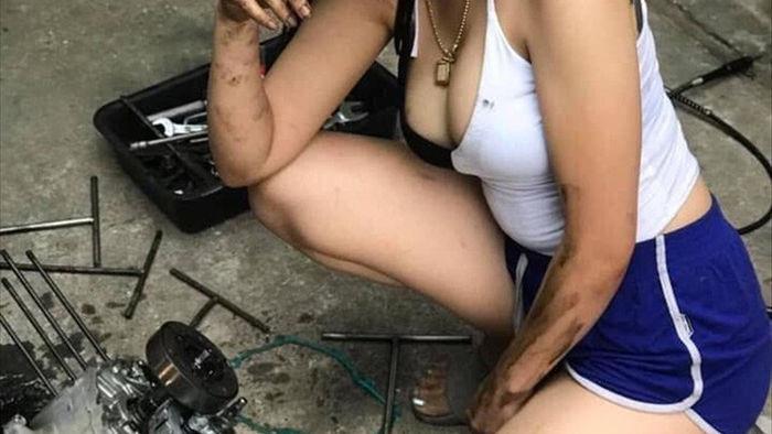 Ăn vận gợi cảm ngồi sửa xe máy rất chuyên nghiệp, cô gái xinh đẹp khiến cộng đồng mạng xôn xao, hào hứng xin info - Ảnh 5.