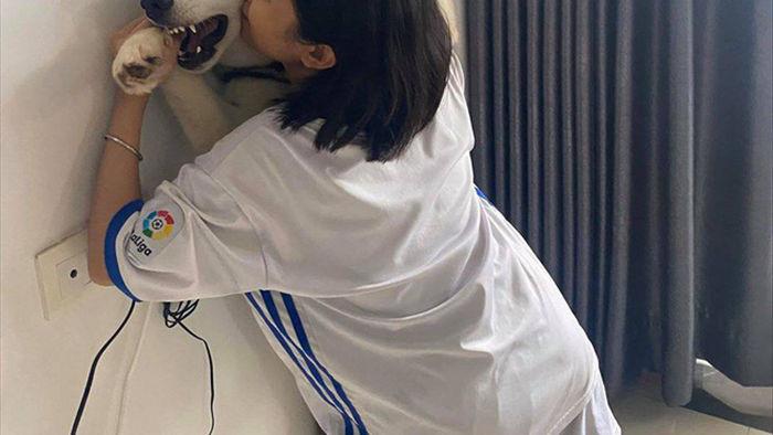 Cô gái cưỡng hôn chó Husky, biểu cảm của con vật khiến người xem không thể nhịn cười - Ảnh 4.
