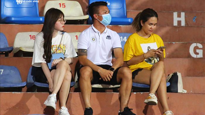 Quang Hải, Huỳnh Anh tình tứ ngồi khán đài xem Hà Nội FC thi đấu - 1