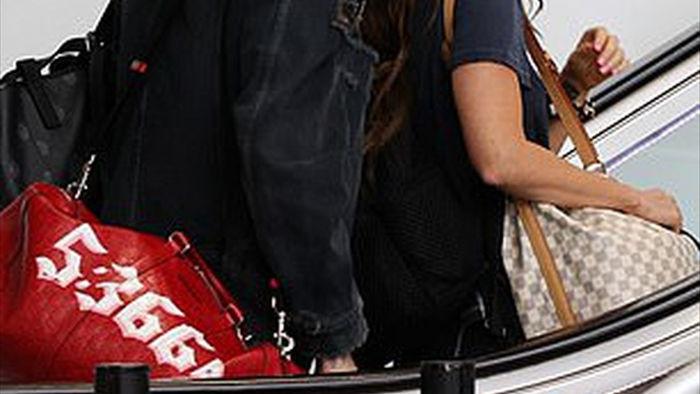 Megan Fox ôm chặt bồ trẻ tại sân bay - 7