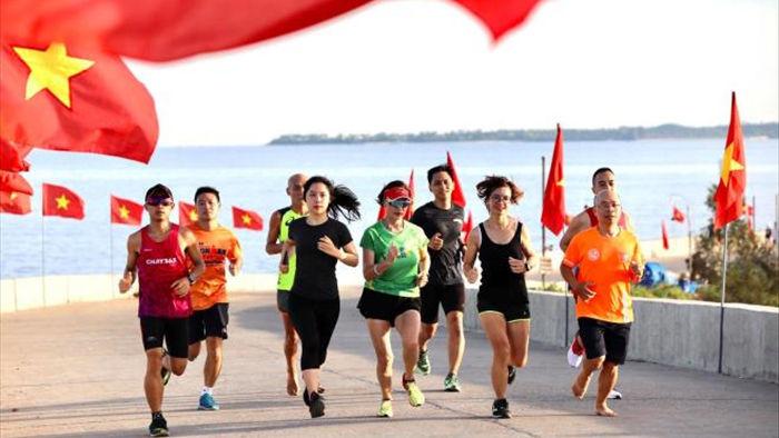 Nữ runner xinh đẹp miệt mài tập luyện trên đường chạy ngoài đảo núi lửa - 5