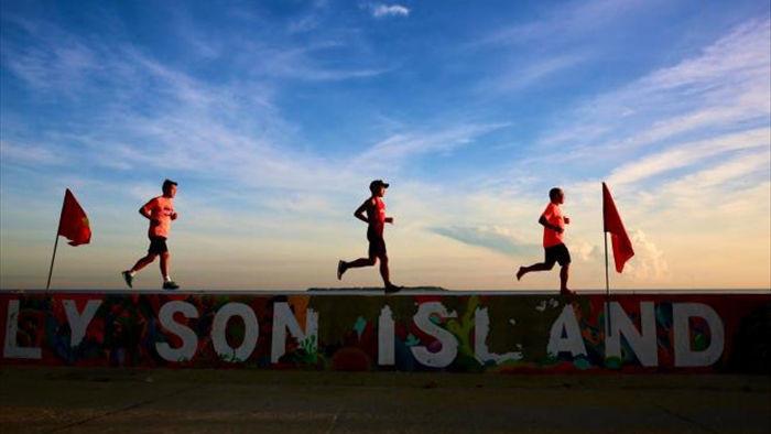 Nữ runner xinh đẹp miệt mài tập luyện trên đường chạy ngoài đảo núi lửa - 4