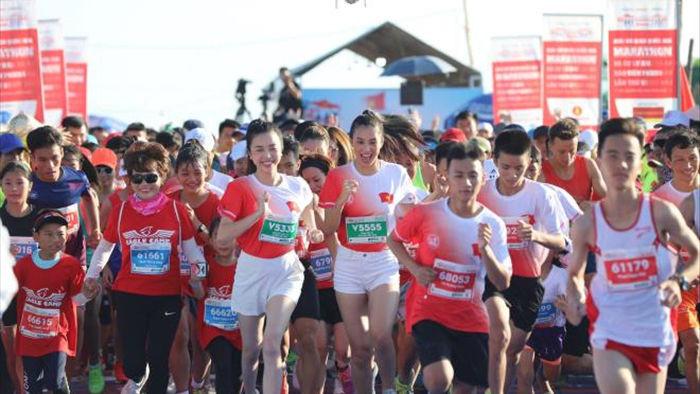 Hoa hậu Trần Tiểu Vy khoe dáng trên đường chạy giữa đại dương - 5