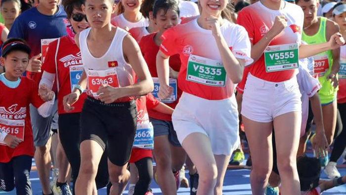 Hoa hậu Trần Tiểu Vy khoe dáng trên đường chạy giữa đại dương - 7