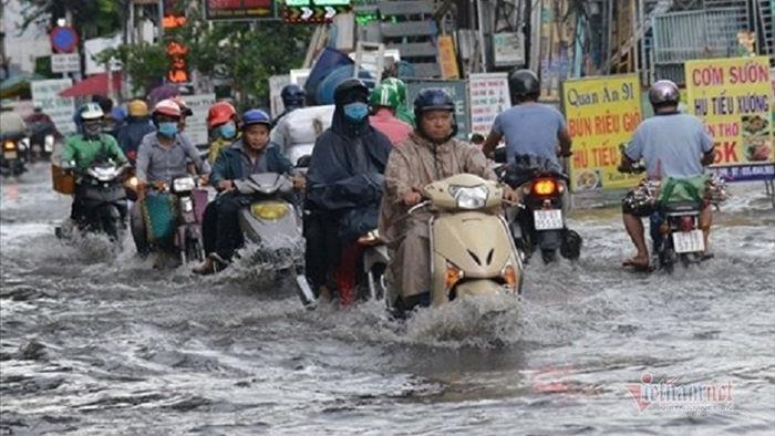 Người Sài Gòn ngã nhào khi bơi giữa đường ngập