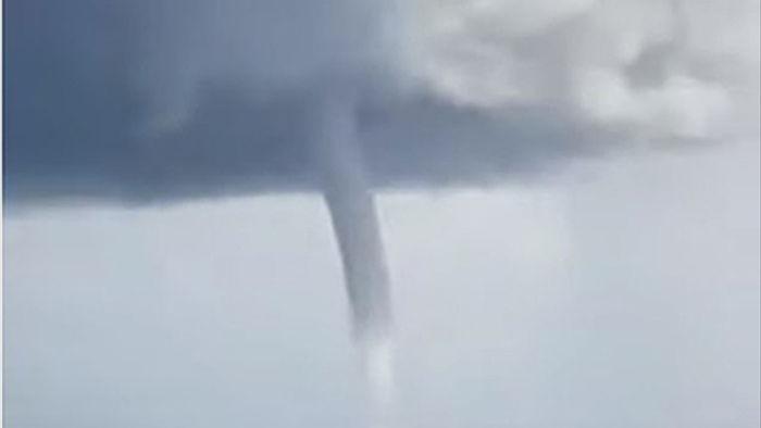 Video: Ngư dân hoảng hồn thấy vòi rồng khổng lồ xuất hiện gần Sydney - 2