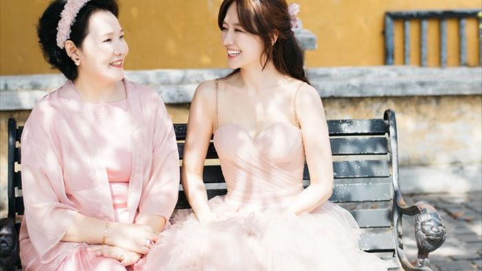 Hari Won tiết lộ hiếm hoi về mẹ đẻ  - 1