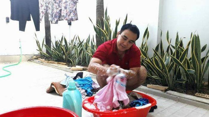 Sau khi xong việc ở ngoài, Quyền Linh vẫn giữ thói quengiặt quần áo bằng tay cho vợ con dù cuộc sống đã thoải mái hơn rất nhiều (Ảnh: FBNV). - Tin sao Viet - Tin tuc sao Viet - Scandal sao Viet - Tin tuc cua Sao - Tin cua Sao