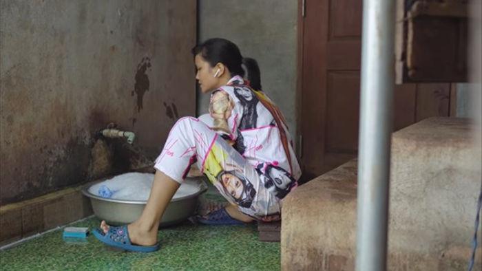 Hoa hậu Hoàn vũ Việt Nam H'Hen Niê thường xuyên cập nhật cuộc sống thường nhật mỗi khi về quê. Trong những lần hiếm hoi đó, cô không ngại ngồi giặt đồ cho cả gia đình (Ảnh: FBNV). - Tin sao Viet - Tin tuc sao Viet - Scandal sao Viet - Tin tuc cua Sao - Tin cua Sao