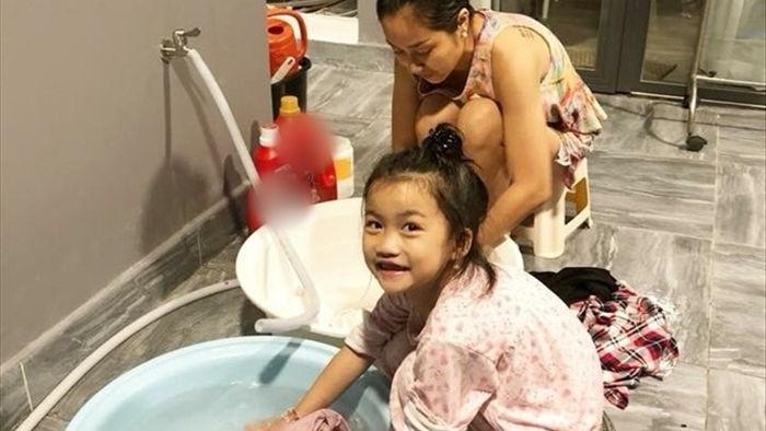 Ốc Thanh vân và con gái cùng nhau giặt đồ, nữ MC tiết lộ cô rấtthích làm Ô-sin cho các con và chồng (Ảnh: FBNV). - Tin sao Viet - Tin tuc sao Viet - Scandal sao Viet - Tin tuc cua Sao - Tin cua Sao