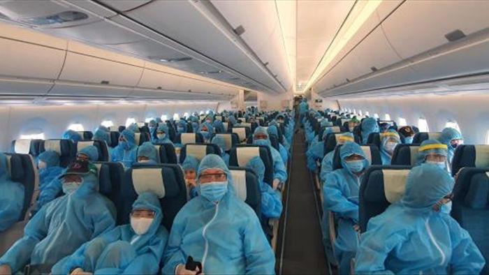 Ảnh: Hơn 300 du khách mắc kẹt tại Đà Nẵng về tới Tân Sơn Nhất - 4
