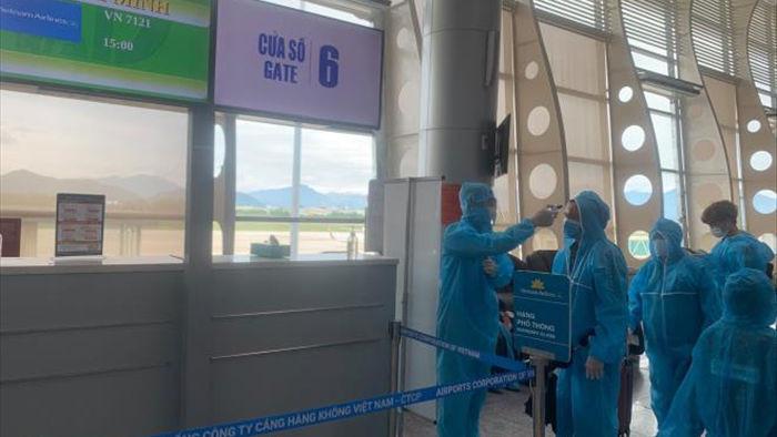 Ảnh: Hơn 300 du khách mắc kẹt tại Đà Nẵng về tới Tân Sơn Nhất - 1