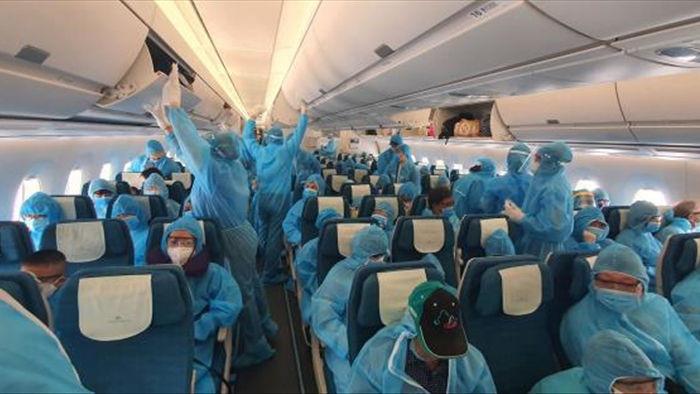 Ảnh: Hơn 300 du khách mắc kẹt tại Đà Nẵng về tới Tân Sơn Nhất - 6