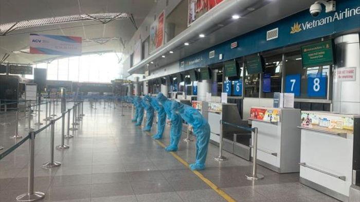 Ảnh: Hơn 300 du khách mắc kẹt tại Đà Nẵng về tới Tân Sơn Nhất - 2