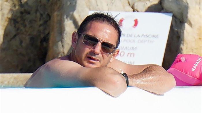 Tạm gác lại bóng đá, HLV Frank Lampard xả hơi trong kỳ nghỉ hè - 4