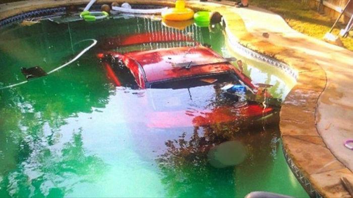 Say xỉn, tài xế lái xe ô tô lao xuống bể bơi - 1