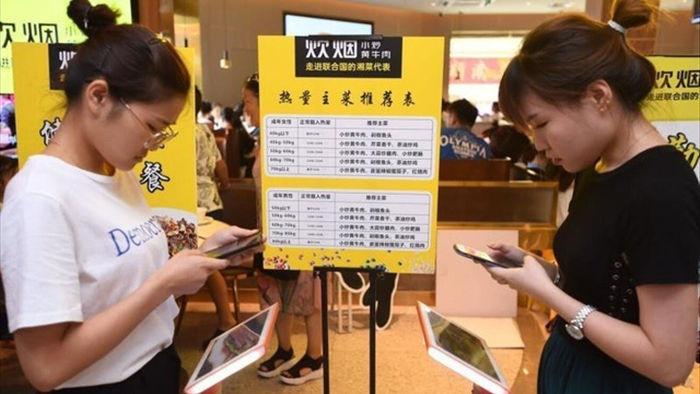 Nhà hàng yêu cầu khách tự kiểm tra cân nặng trước khi gọi món