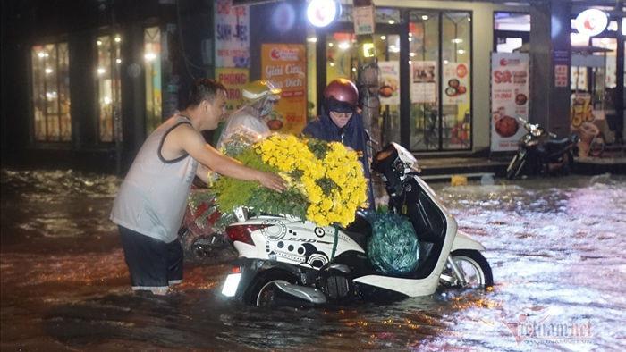 Đường Sài Gòn ngập sâu, nước chảy xiết như suối