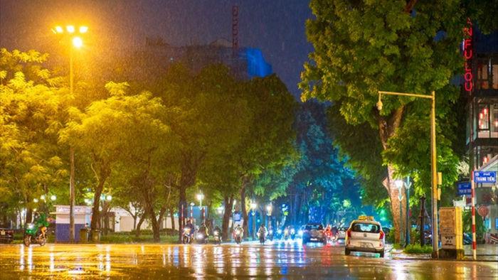 Ngắm Hà Nội lãng mạn trong mưa qua bộ ảnh của cặp đôi trẻ - 1