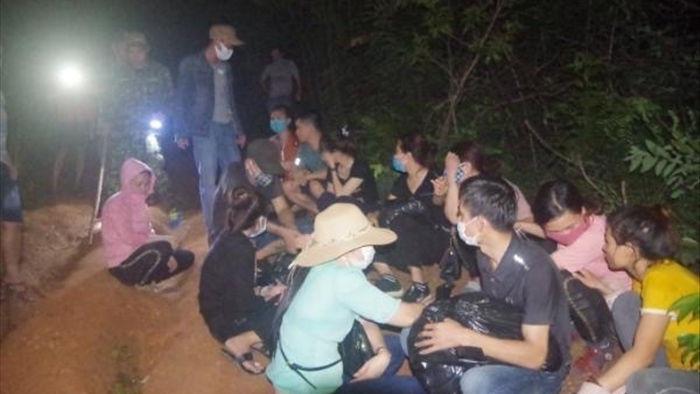 Bắt quả tang nhóm người đang vượt biên trái phép qua Lào