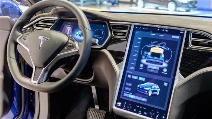 Tesla gây khó dễ cho các chủ xe dùng phần mềm không chính hãng - 1