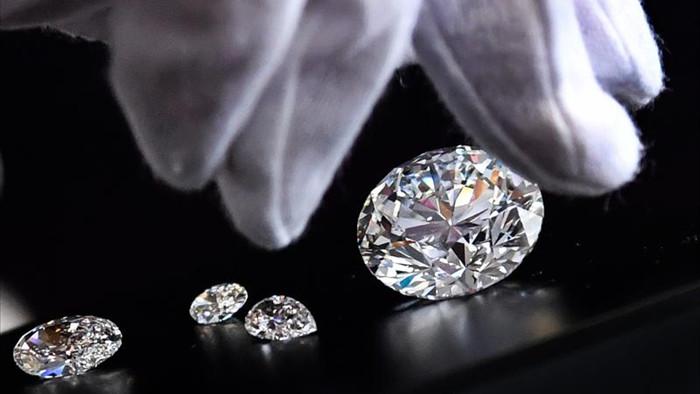 """""""Đầu hàng"""" Covid-19, nhà sản xuất kim cương lớn nhất thế giới đại hạ giá - 1"""