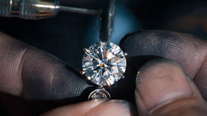 """""""Đầu hàng"""" Covid-19, nhà sản xuất kim cương lớn nhất thế giới đại hạ giá - 2"""
