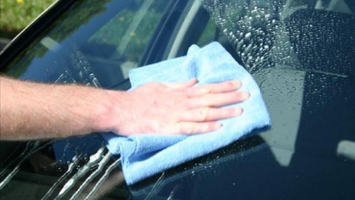 Cách làm sạch kính ố lâu ngày