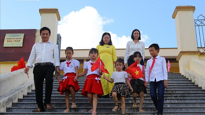 Xúc động lễ khai giảng của 2 thầy cô và 7 học trò giữa đảo tiền tiêu Tổ quốc - 2