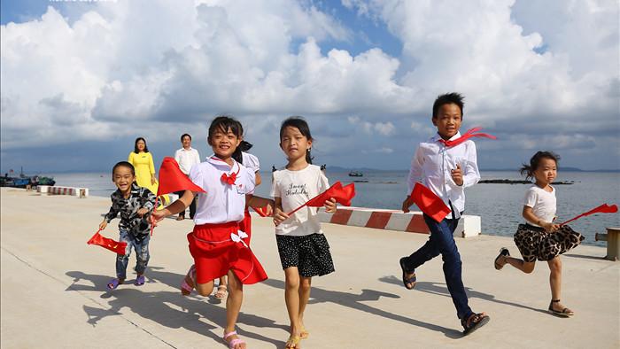 Xúc động lễ khai giảng của 2 thầy cô và 7 học trò giữa đảo tiền tiêu Tổ quốc - 1
