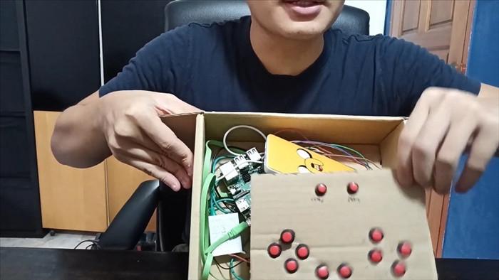 Tài tình chàng sinh viên lấy dưa hấu làm... máy chơi game - 2