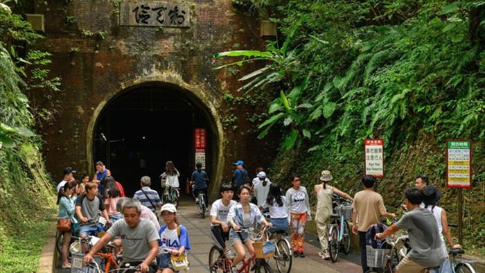 Hầm đường sắt bỏ hoang trở thành điểm du lịch mùa Covid-19 - 1