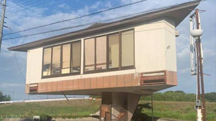 Kỳ lạ ngôi nhà nằm chênh vênh trên cầu thang - 1