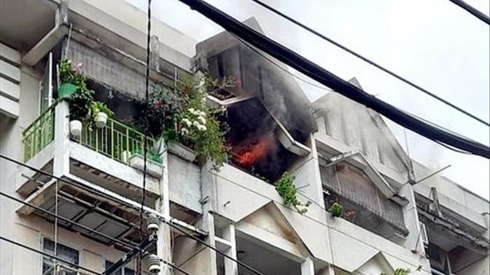 Cháy chung cư ở Sài Gòn, nhiều người hoảng loạn tháo chạy - 1