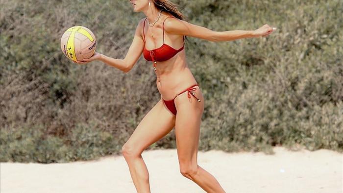 Người đẹp vô tư chơi bóng chuyền trên bãi biển cùng những người bạn của mình.