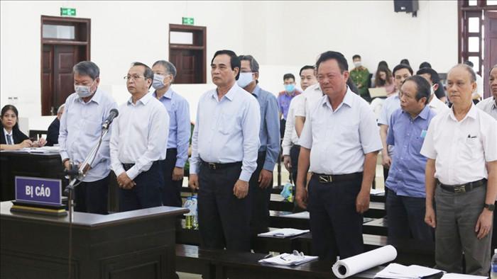 Bị cáo Văn Hữu Chiến (thứ 3 từ phải qua trái) cùng các bị cáo tại phiên phúc thẩm. (Ảnh: Trọng Phú)