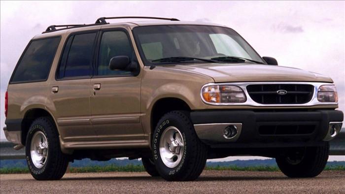 Lốp Firestone trên Ford Explorer 2000 kém chất lượng, là nguyên nhân của 271 vụ tai nạn chết người. Ảnh:Yimg.