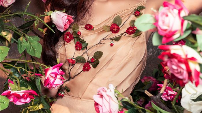 Thúy Diễm cũng như bao cô gái khác, rất thích được ngắm hoa, hòa mình vào vẻ đẹp của thiên nhiên để có được nguồn năng lượng tích cực, lạc quan, vui vẻ.
