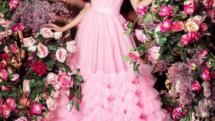 """Dù concept của bộ ảnh không quá mới, nhưng Thuý Diễm vẫn muốn mang cảm hứng """"ngọt ngào, thơ mộng"""" thông qua hình ảnh của bộ trang phục màu hồng phấn, vàng chanh hay màu xanh lá mạ… kết hợp cùng mái tóc bồng bềnh."""