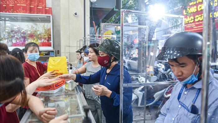 Cửa hàng bán bánh trung thu dựng vách ngăn phòng dịch Covid-19 - 1