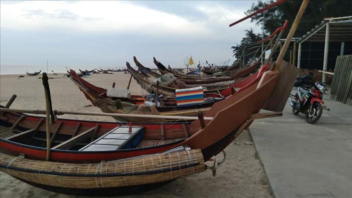Thừa Thiên Huế cho học sinh nghỉ học, bắn pháo hiệu gọi tàu thuyền vào bờ - 1