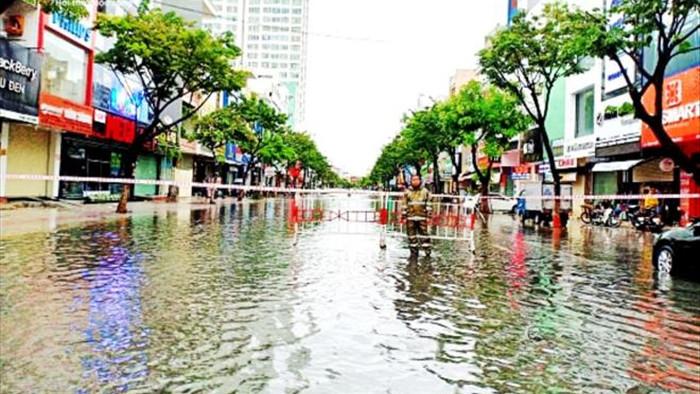 Bão số 5 đổ bộ, nhiều tuyến đường Đà Nẵng thành sông, cây ngã rạp - 2