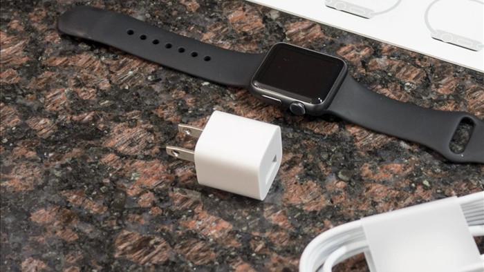 Apple gây tranh cãi khi bán đồng hồ Watch không kèm theo củ sạc - 1