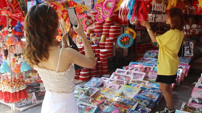 Giới trẻ Hà Thành nô nức chụp ảnh trung thu trên phố Hàng Mã - 2