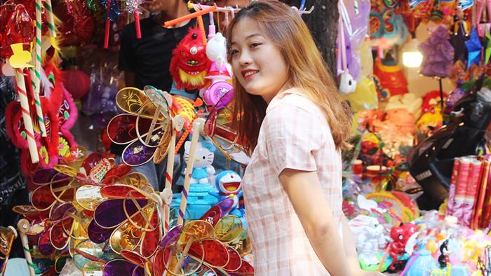 Giới trẻ Hà Thành nô nức chụp ảnh trung thu trên phố Hàng Mã - 1